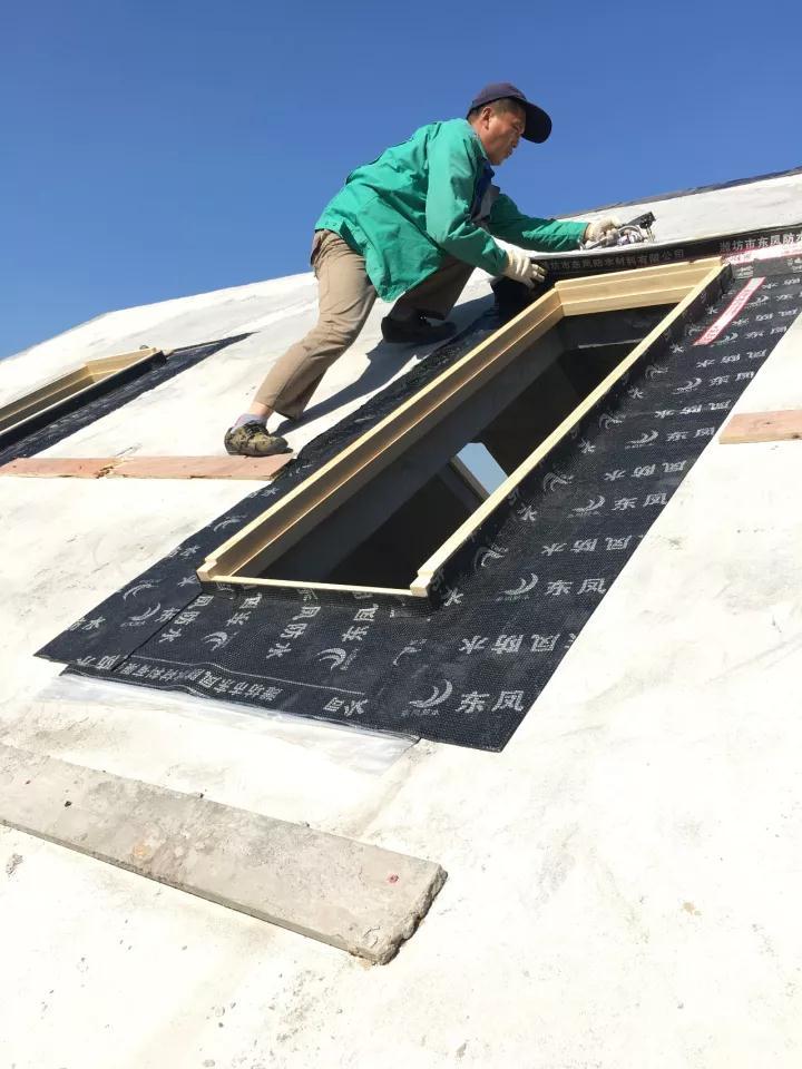 屋顶天窗安装团队2