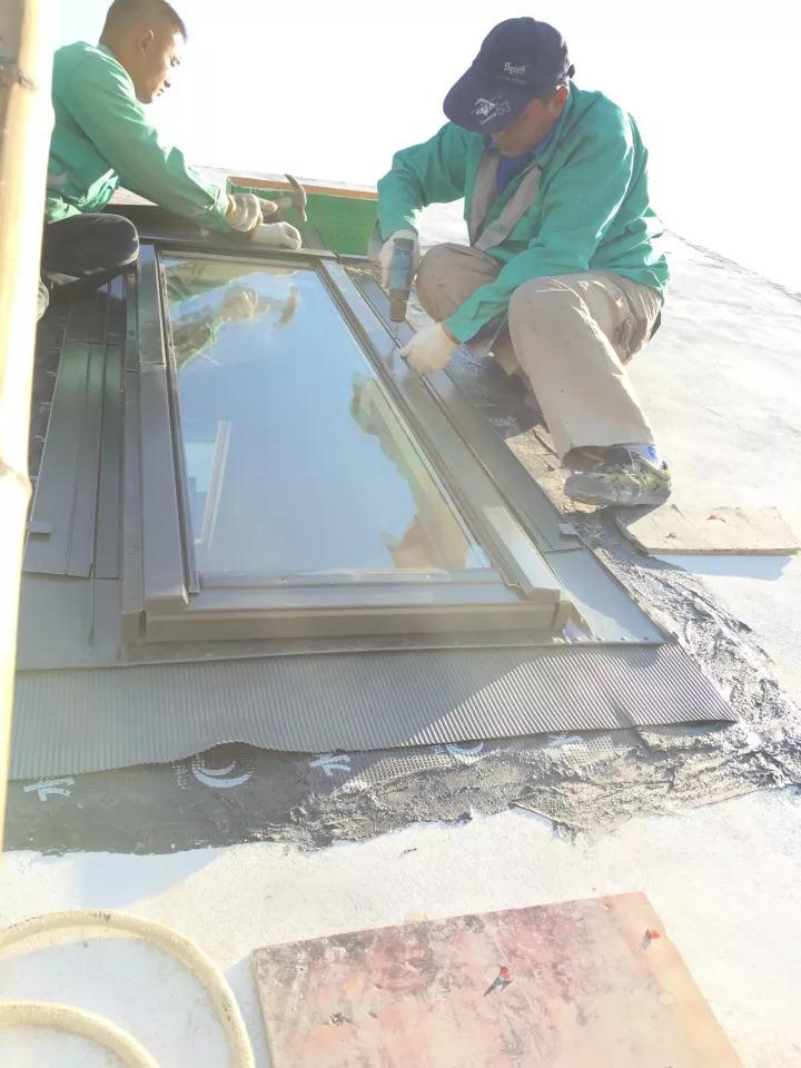屋顶天窗安装团队3